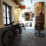 Kereskedelemtörténeti kiállítás: korabeli üzletek és kirakatok