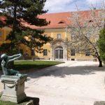 A Fővárosi Képtárnak otthont adó Kiscelli Múzeum udvara